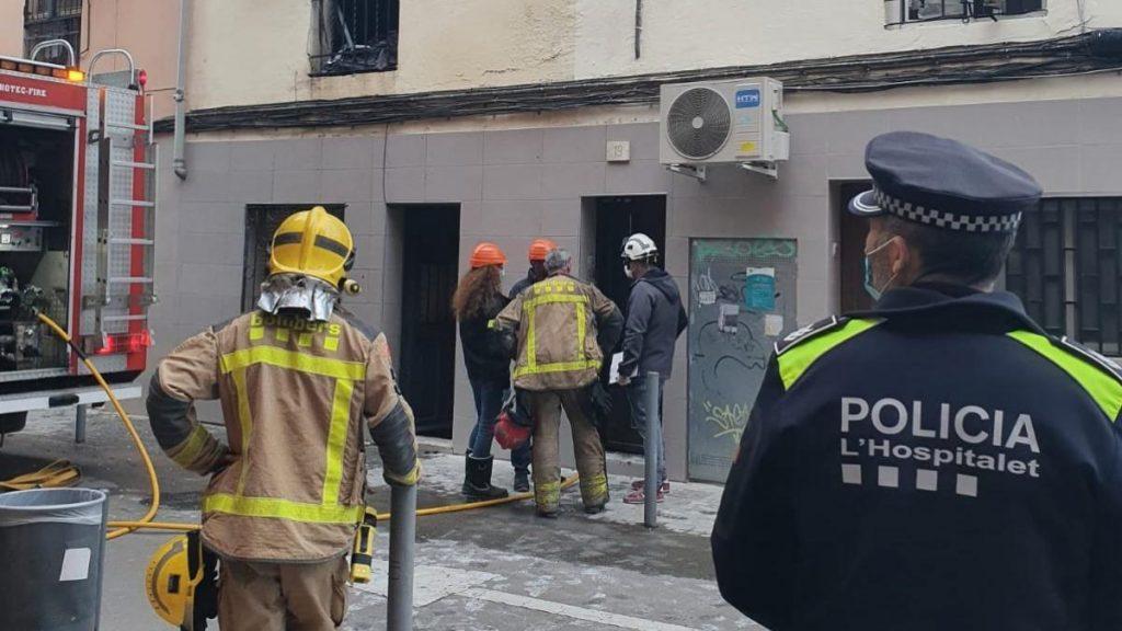 Hombre muerto y policía herido mientras intentaba salvar a una mujer atrapada.