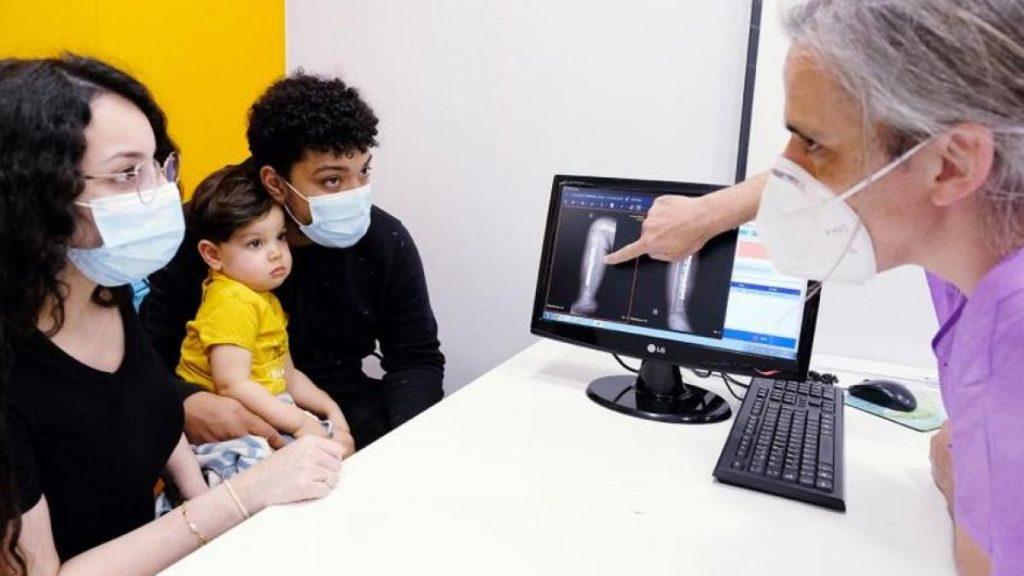 Salvan la pierna de Isaac, un bebé que nació con una rara deformidad en la espinilla