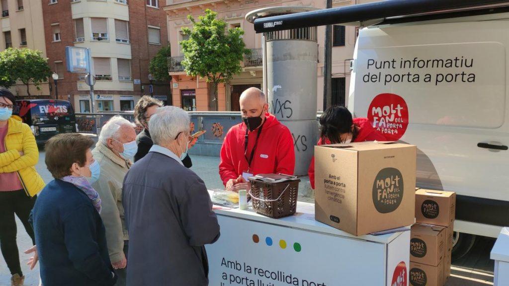 ¿Cómo funciona la recogida de residuos puerta a puerta, con patatas fritas en las bolsas, que Barcelona está empezando a implantar?