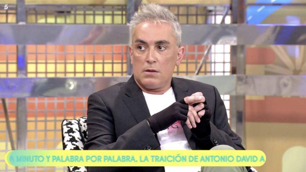¿Por qué Kiko Hernández usa guantes en 'Sálvame'?