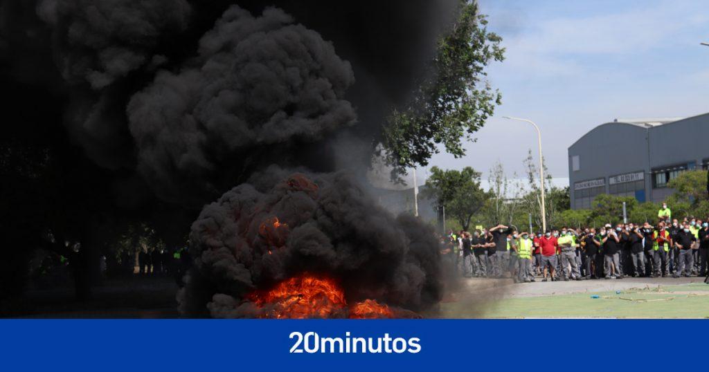 1.000 empleados de Nissan en Barcelona cortaron el tráfico y quemaron neumáticos un año después de que se anunciara el cierre