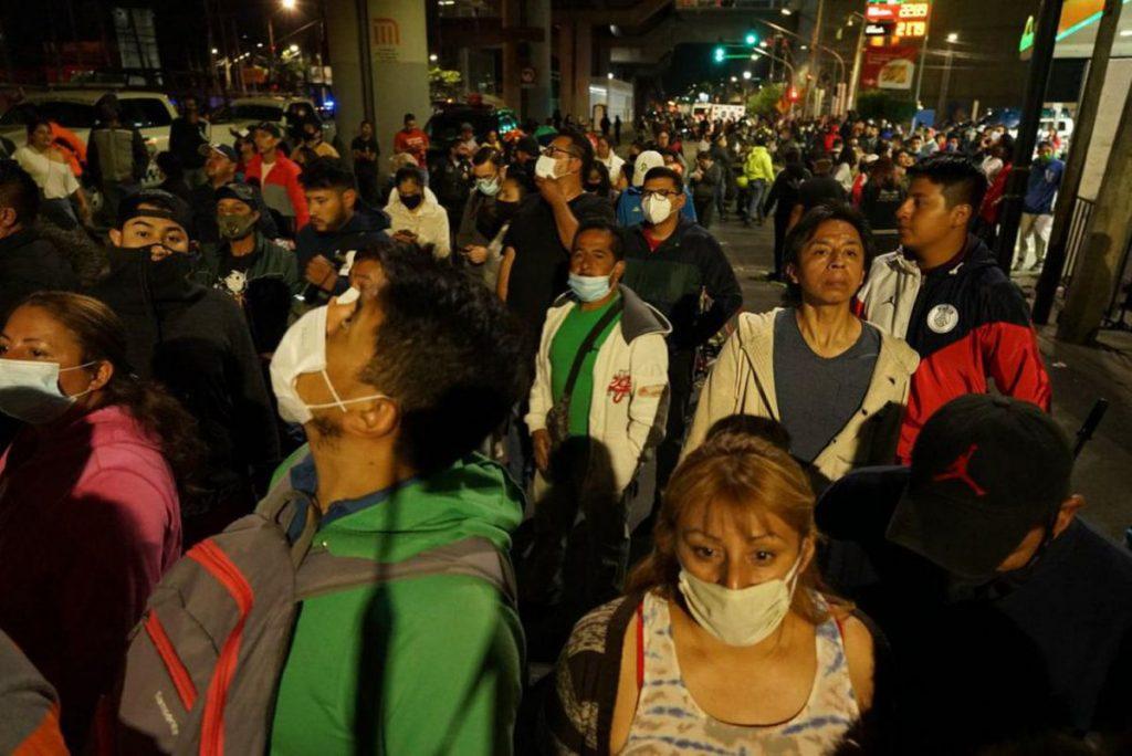"""Accidente Línea 12: """"Resistan un poquito"""": la solidaridad de los habitantes de Tláhuac a pocos minutos del colapso del metro"""