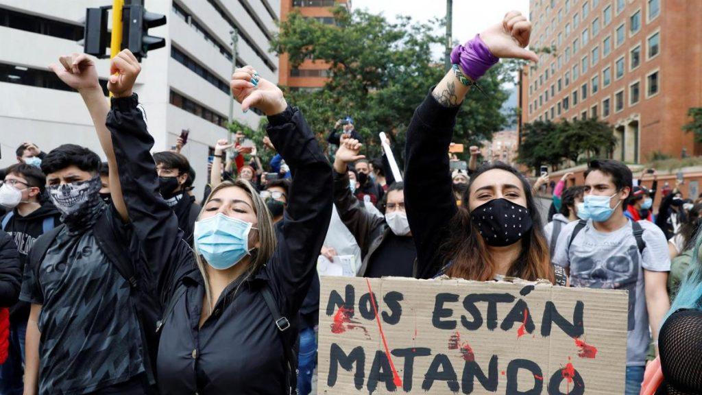 Aumentan las tensiones en Colombia, con al menos 19 muertos y 800 heridos por la violencia policial contra las protestas