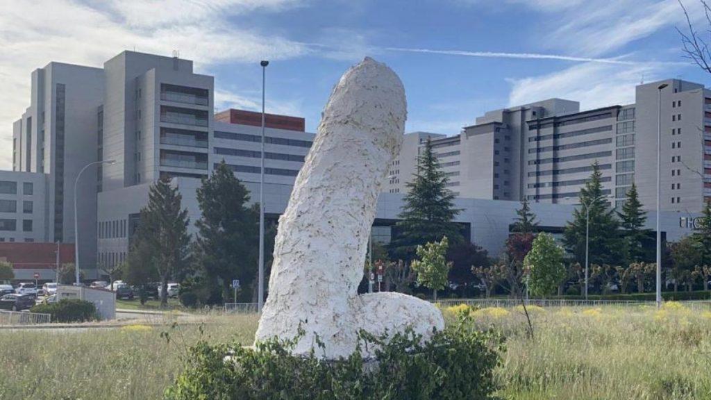 Ayuntamiento de León retira gran escultura fálica de rotonda