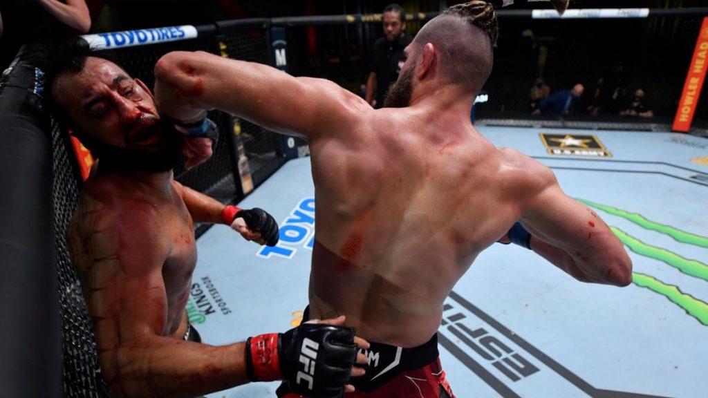 Codazo brutal en la cara para fichar a uno de los mejores nocauts del año en UFC
