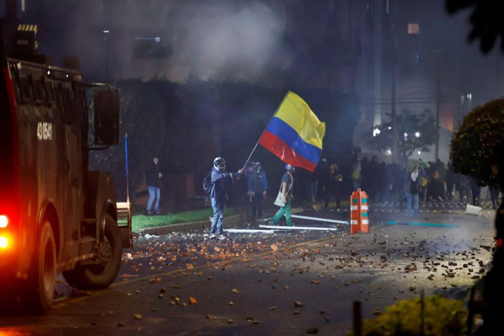 Duque saca a los soldados a las calles para contener las protestas contra la reforma tributaria |  Internacional
