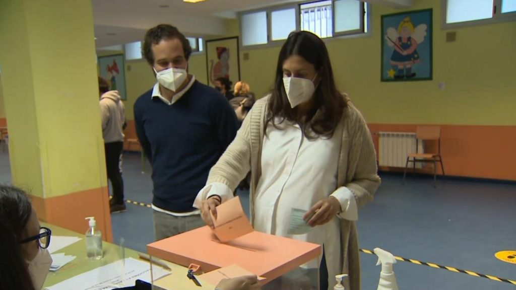 Elecciones 4-M    Mujer embarazada rompe el agua ... y decide votar antes de ir al hospital