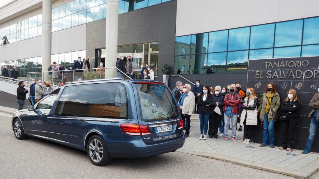 Familiares, amigos y compañeros reciben el féretro de Roberto Fraile a su llegada a Valladolid