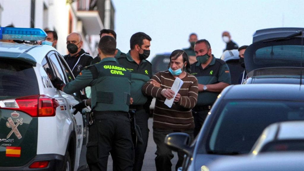 Investigan la desaparición de dos hermanos y detienen a un tercero que amenazó a la Guardia Civil con una horca