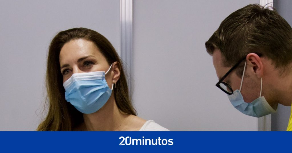 Kate Middleton recibe vacuna contra el coronavirus y comparte foto en Twitter