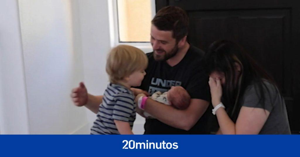 La reacción solidaria de un niño ante la llegada de su hermano recién nacido a casa