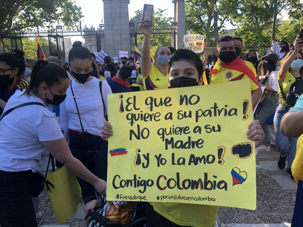 Miles de colombianos se manifiestan en Puerta de Alcalá en apoyo al paro nacional |  Madrid