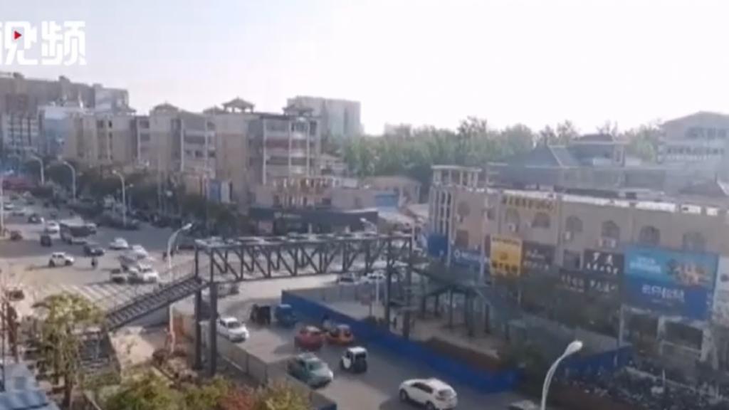 Mujer gasta casi 130.000 euros en construir un puente para que su hijo y compañeros vayan al colegio