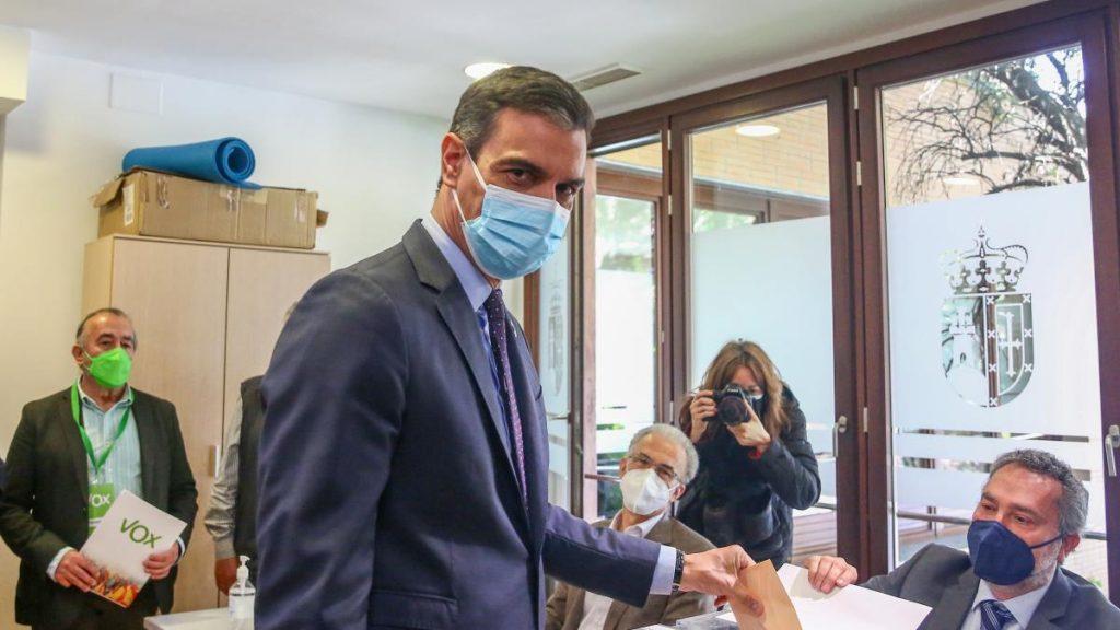 Pedro Sánchez vota entre pitos y aplausos