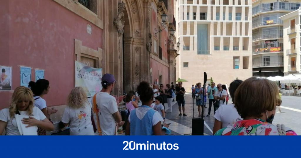 Protesta de negación en Murcia sin máscaras y utilizando niños