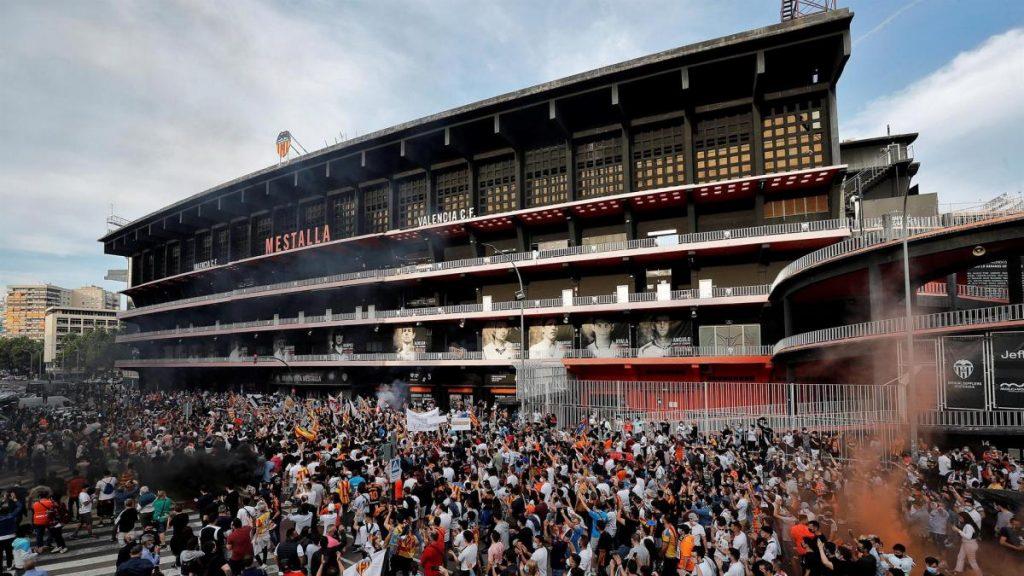 Protesta masiva contra Lim colapsa calles de Valencia y llega a Mestalla