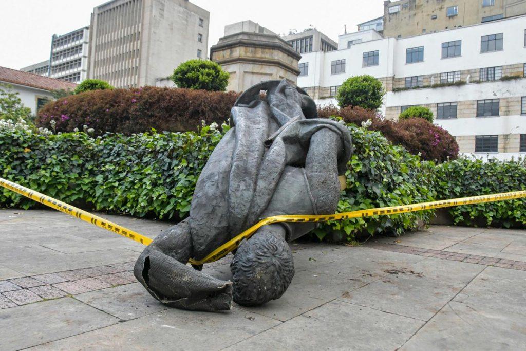 Protestas: Grupos indígenas derriban la estatua del fundador español de Bogotá    Internacional
