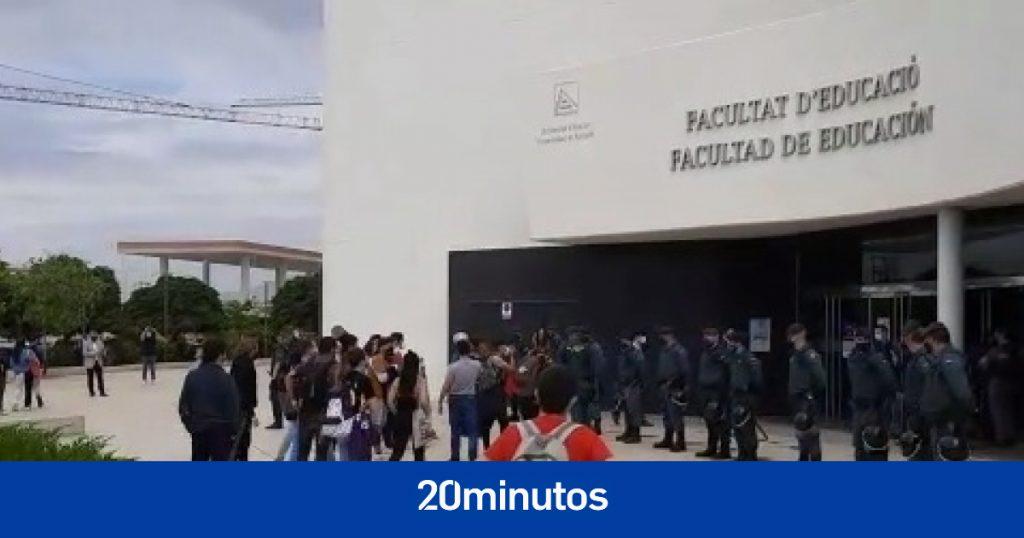 """Reciben a Macarena Olona gritando """"Fascistas fuera de la universidad"""" a las puertas de un acto en la UA"""