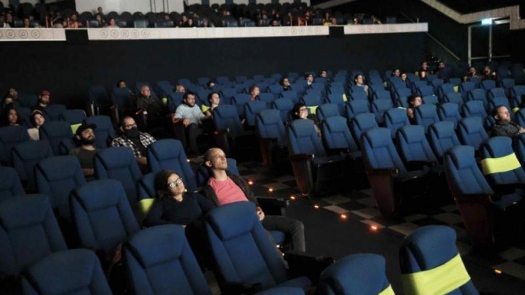 Tres menores agredieron a padre e hijo que se quejan de no mantener la distancia en el cine