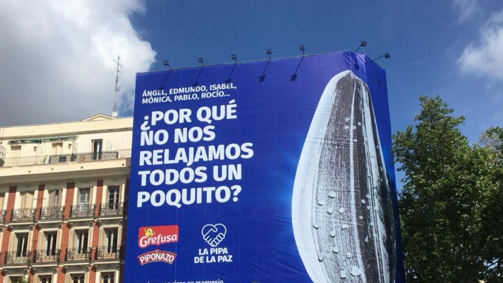 """Una telaraña gigante en el centro de Madrid pide a los candidatos a las elecciones del 4-M que se """"relajen"""" con la """"Pipa de la Paz"""""""