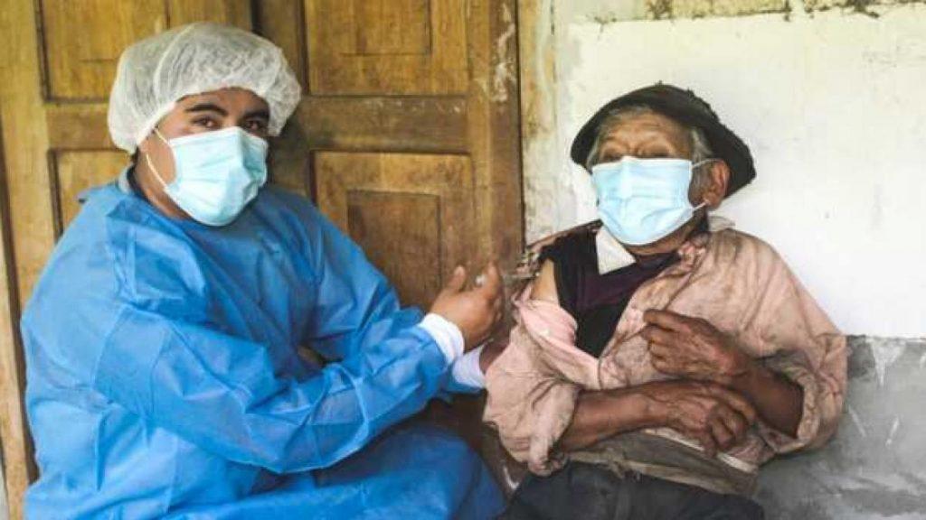 Vacunan a un peruano de 121 años contra el Covid-19
