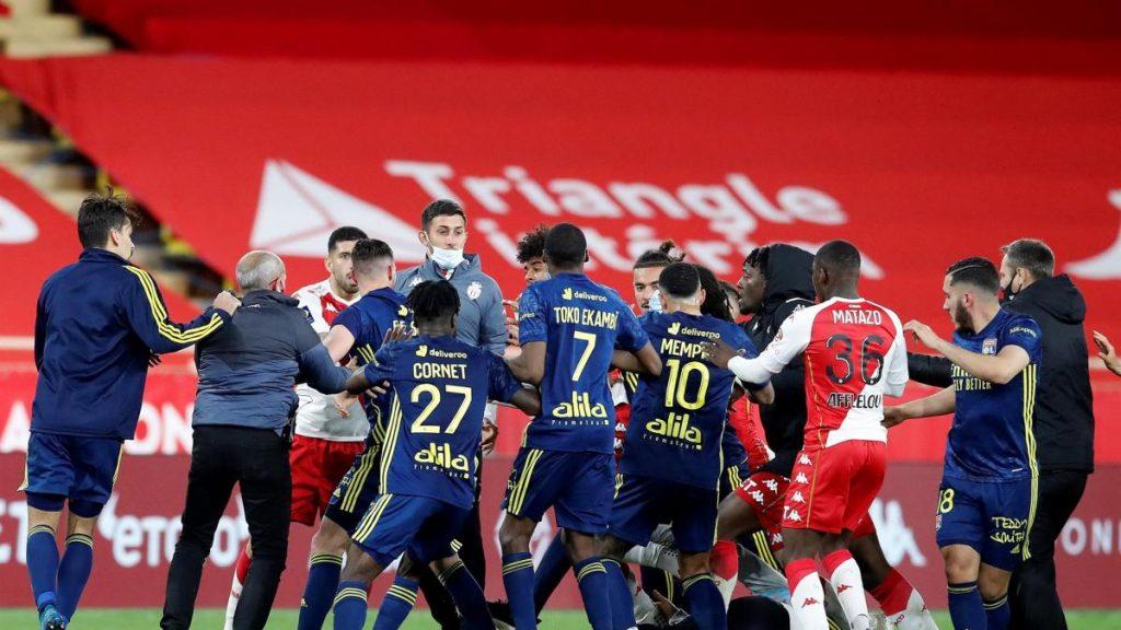 Vergonzosa pelea entre jugadores del Mónaco y del Lyon con cuatro expulsados tras el pitido final del partido