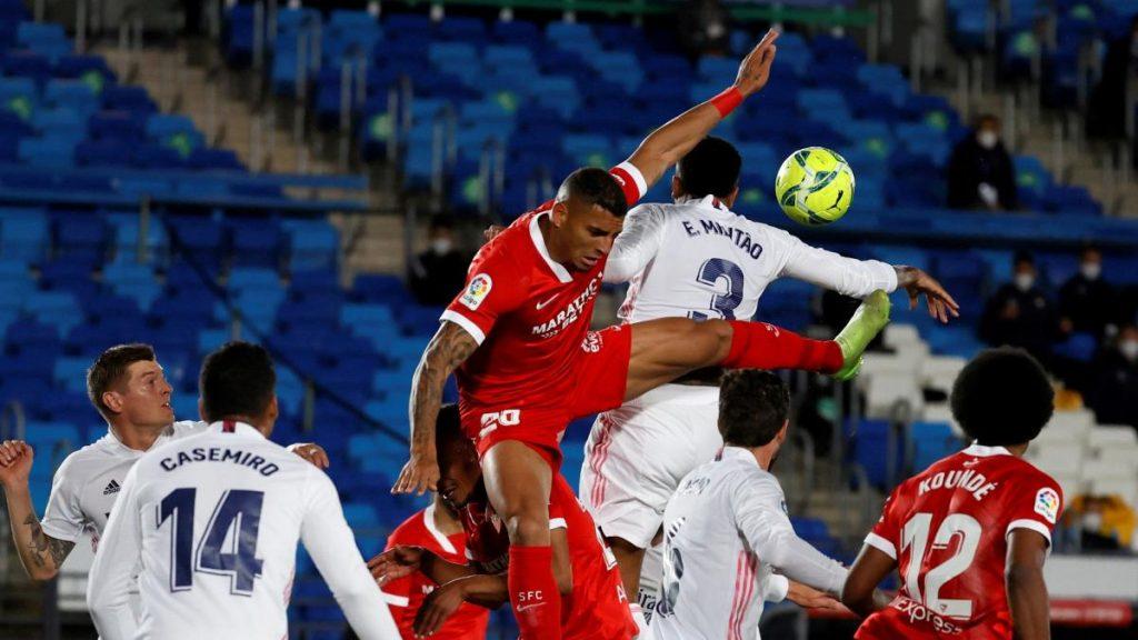 el árbitro señaló un penalti para el Real Madrid pero el VAR lo corrigió para el Sevilla