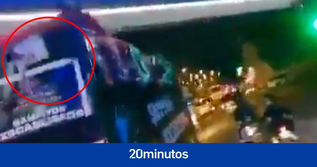 futbolista cae de autobús convertible celebrando promoción