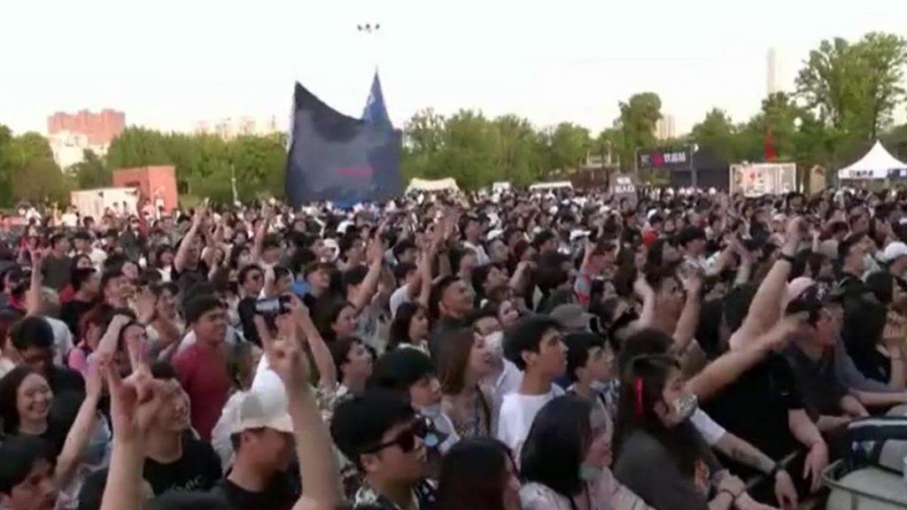 miles de personas sin máscara ni distancia durante un festival de música