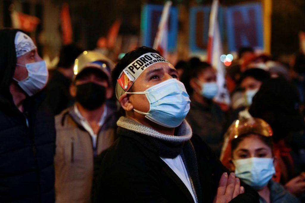 """Elecciones Perú 2021: Miles de simpatizantes de Castillo esperan la decisión final en las calles de Lima: """"¿Cuándo reconocen al profesor?     Internacional"""