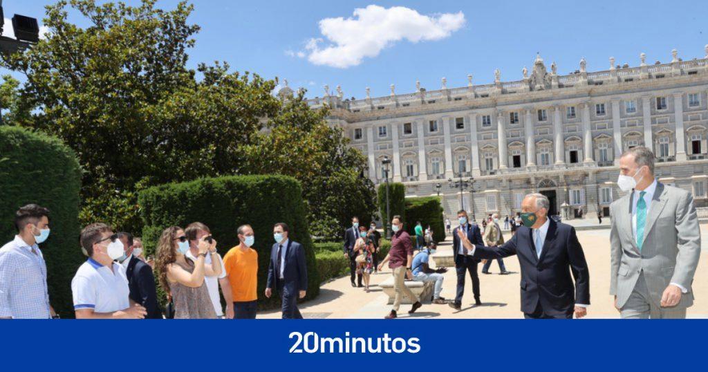 Rey y presidente de Portugal sorprenden a los transeúntes en Madrid y se toman selfies con ellos