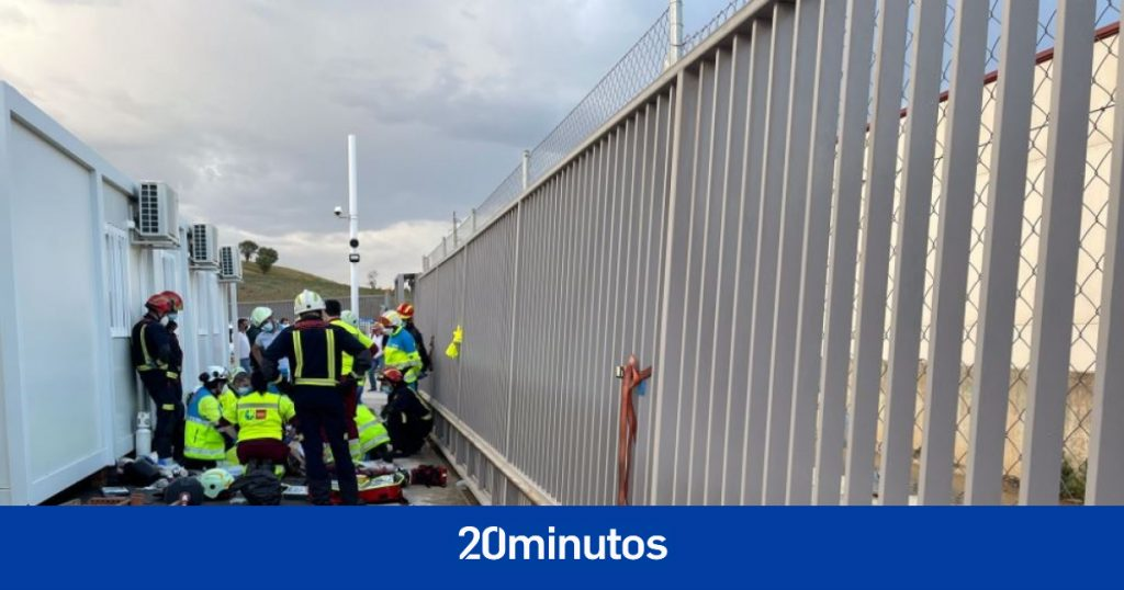 Trabajador gravemente herido después de que una puerta metálica de 400 kilos le cayera encima
