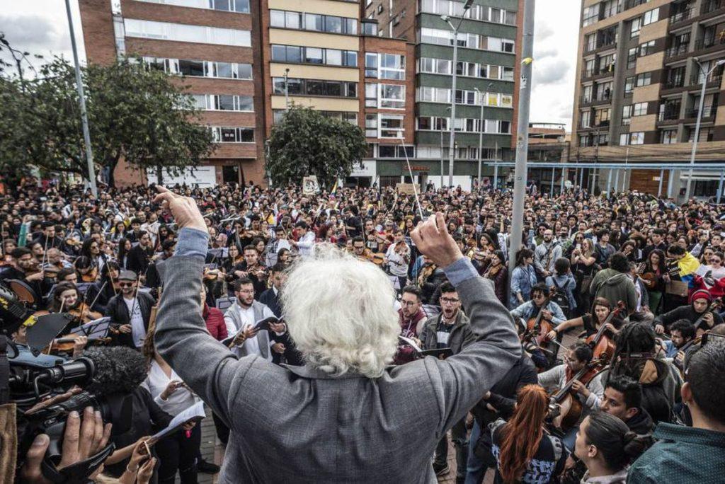 Un músico, la imagen de las detenciones en las manifestaciones en Colombia    Internacional