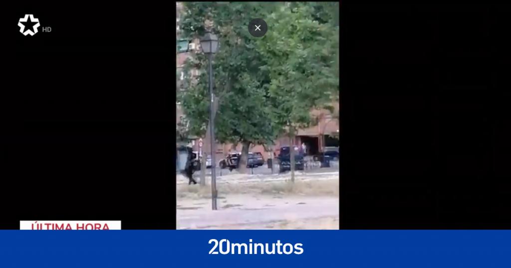un hombre se atrinchera en su casa y dispara a los oficiales