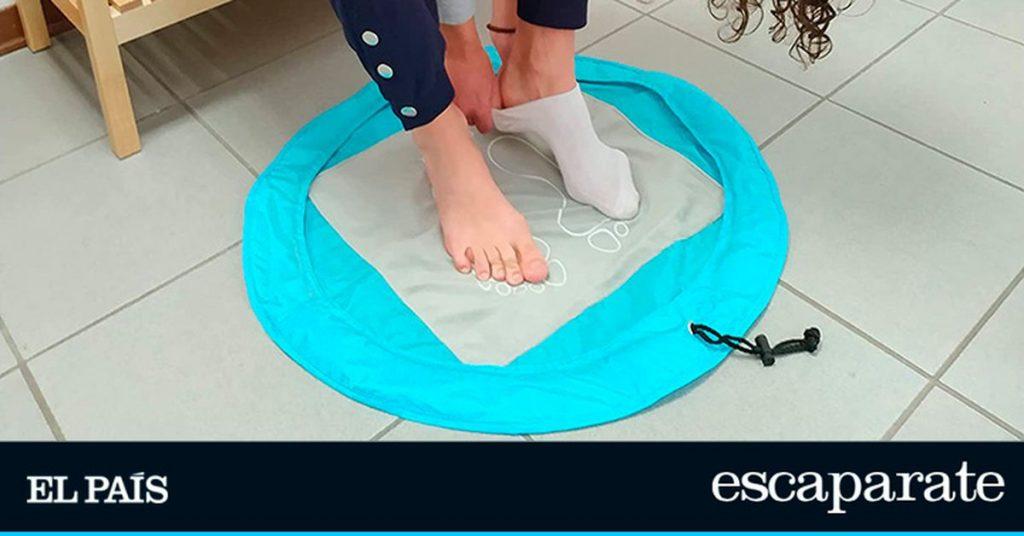 Encontramos una alfombra antideslizante para cambiarse en los vestuarios o en la piscina que también es una bolsa de ropa sucia |  Escaparate