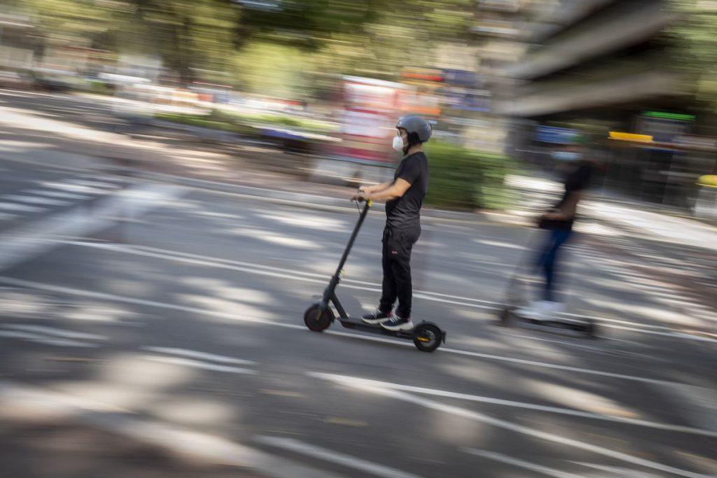 Las nuevas leyes de tránsito obligarán a los conductores de scooter a usar cascos    España