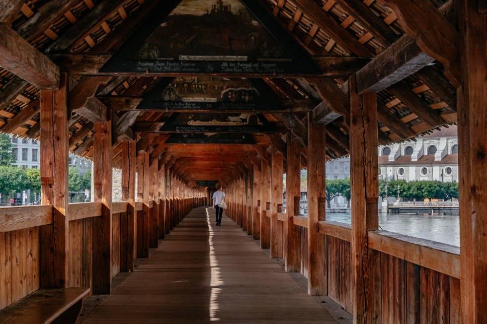 Lucerna, entre los puentes de madera
