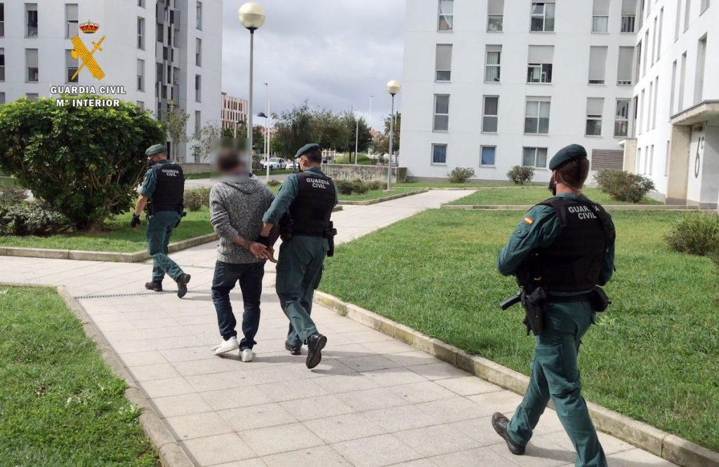 Detenido por agredir sexualmente a una mujer que estuvo detenida durante dos días en su apartamento de Santander |  Sociedad