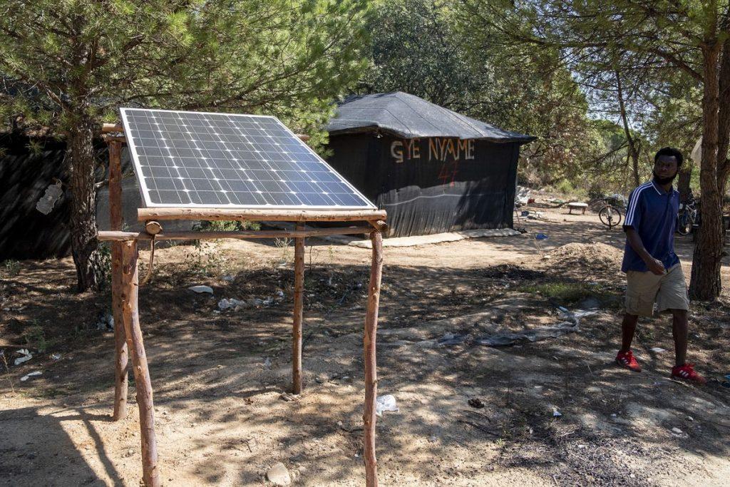 Paneles solares para luz temporal de inmigrantes que desmanteló la policía local    España