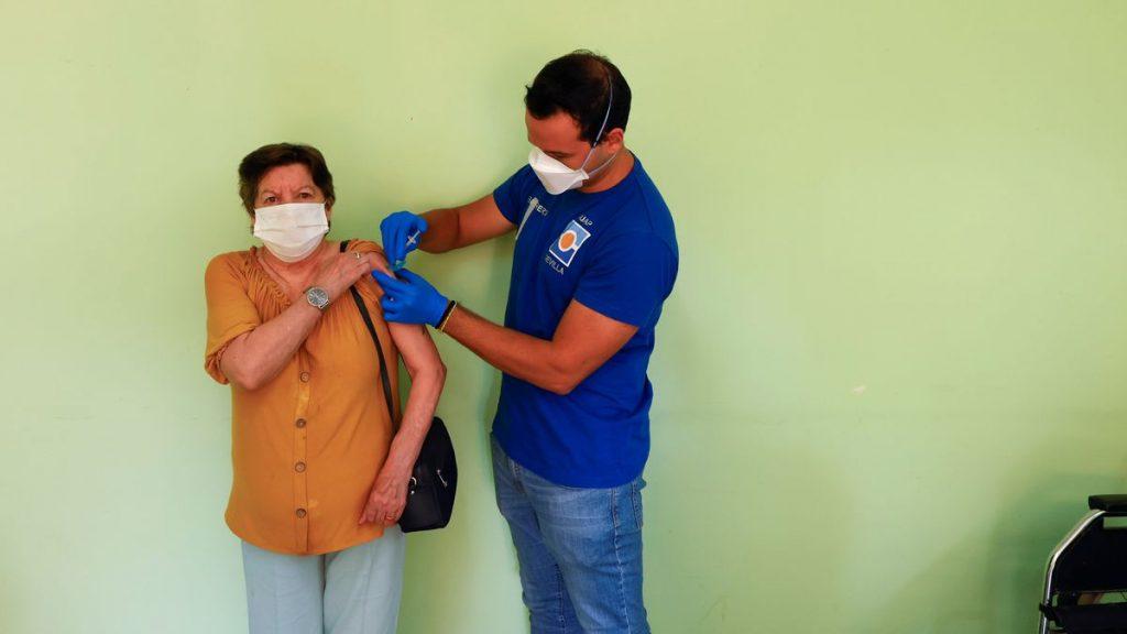 Últimas noticias sobre coronavirus y vacunación, en directo    La EMA estudia actualmente la necesidad de una tercera dosis de refuerzo en la población general    Sociedad