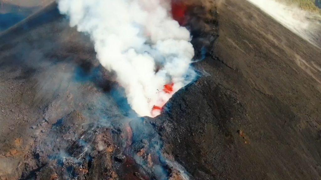 Video |  El cráter del volcán de La Palma visto a vista de pájaro |  Videos