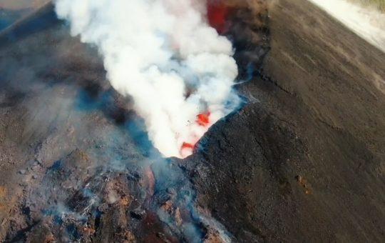 Video    El cráter del volcán de La Palma visto a vista de pájaro    Videos